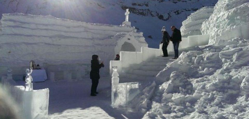 Biserica de gheaţă de la Bâlea Lac isi asteapta vizitatorii. In lacas se pot oficia cununii si botezuri