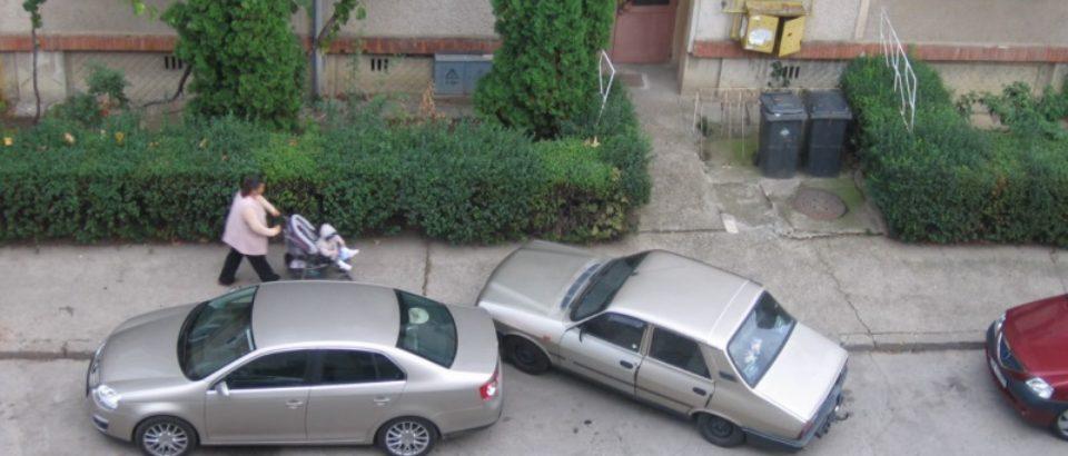 Parcarea mașinilor pe trotuare suferă modificări, de sâmbătă, potrivit unui act normativ al Guvernului