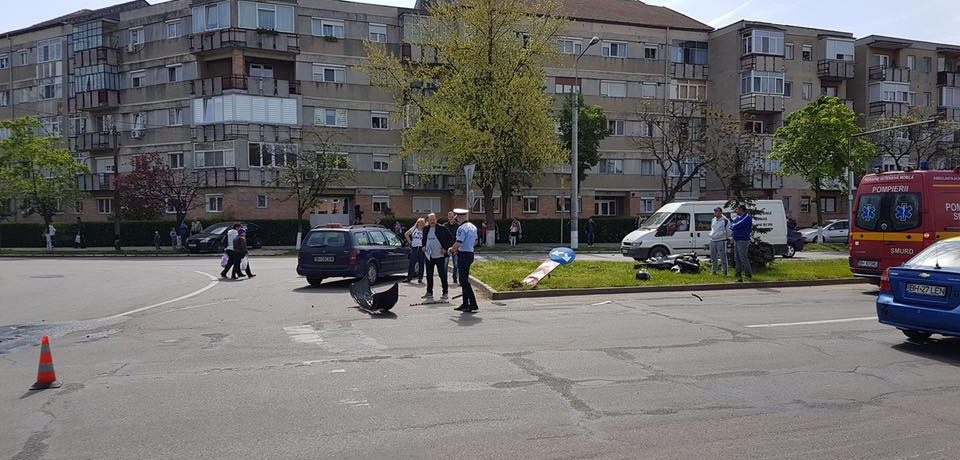 Accident. Un tanar motociclist a ajuns in spital dupa ce a fost acrosat de o masina-scoala. Comunicatul  Politiei