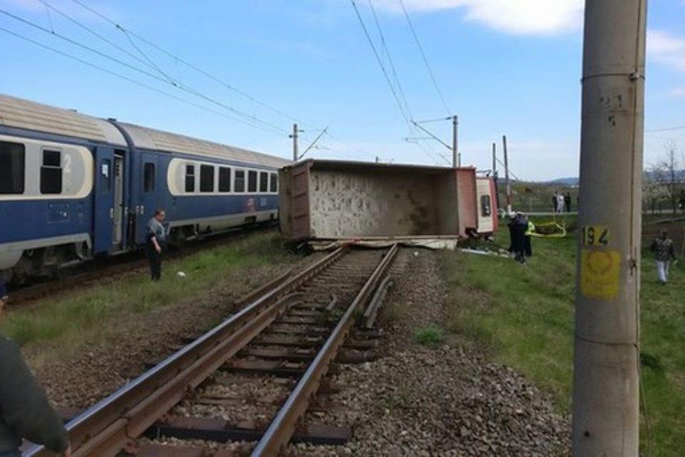 Accident la o trecere de cale ferată din Cluj. Traficul feroviar e blocat în zonă