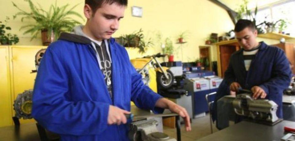 Elevii din invatamantul profesional si tehnic pot beneficia, gratuit de masa si cazare