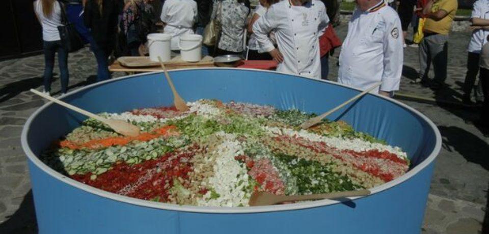 In Cetate a fost pregatita o salata  uriasa cu greutatea de o tona
