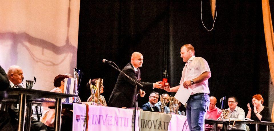 Oradeanul Adrian Farcaş s-a impus si la Timisoara. A cucerit medalia de aur si premiul de excelenta al Salonului de Inventica