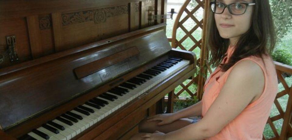 O pianină amplasată în aer liber, în parcul cu lalele din Oradea, pentru copiii talentați