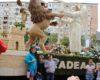 """Zeci de orădeni au întâmpinat carele alegorice anunțate în cadrul Festivalului """"Carnavalul Florilor"""". Comunicat"""