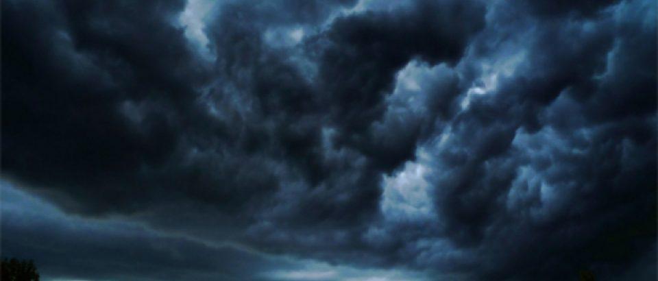 Dupa canicula din weekend, duminica noapte vin furtunile cu trasnete si grindina
