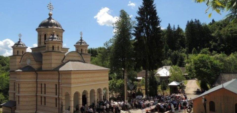 Mii de pelerini sunt așteptați să ia parte la hramul Mănăstirii Izbuc