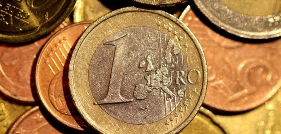"""""""Revoluția"""" fiscală îngenunchează leul. Euro a ajuns la cea mai mare cotaţie din ultimii cinci ani"""