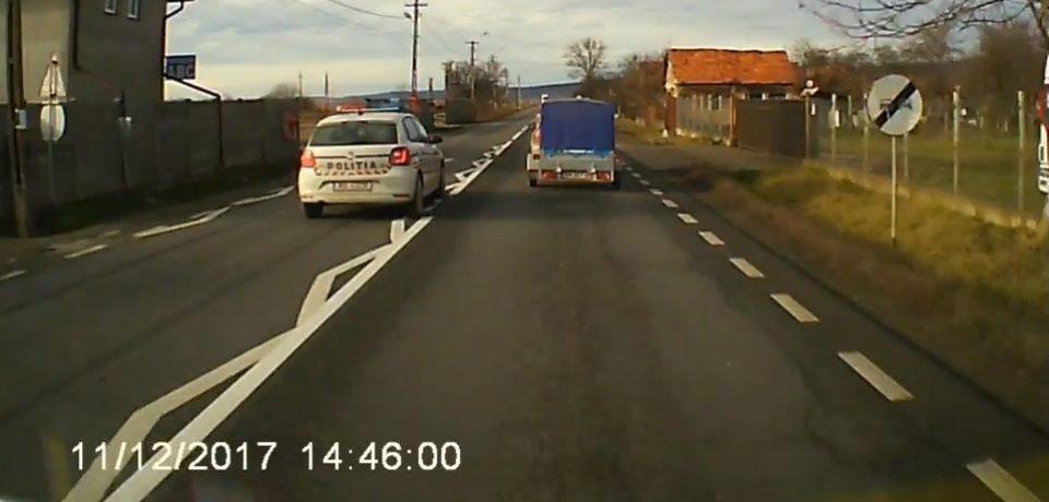 Maşină de poliţie, la un pas să intre frontal într-un TIR, zona Alesd. VIDEO