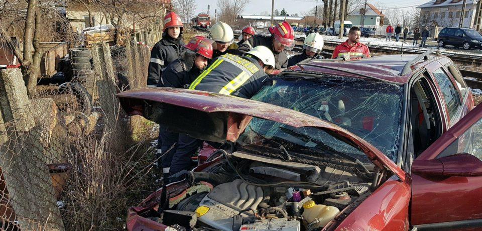 Accident feroviar in Osorhei. O persoana a murit dupa ce un autoturism a fost lovit de un automarfar