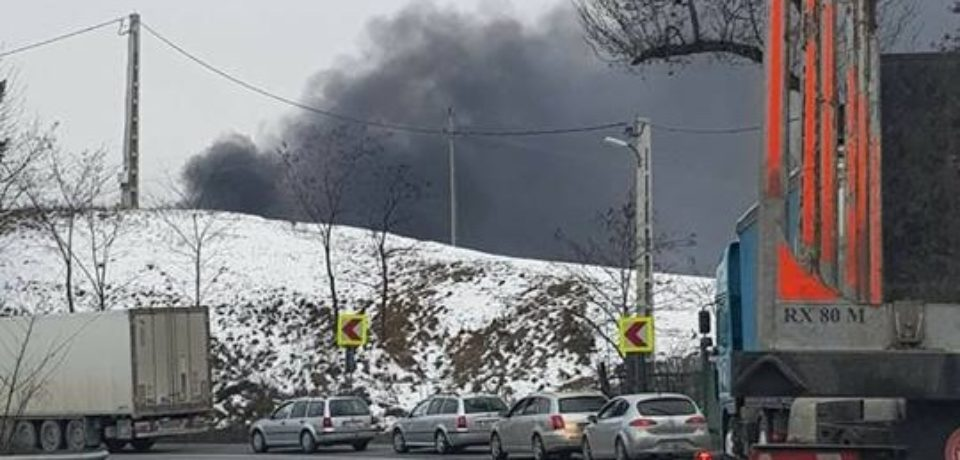 Incendiu pe Piatra Craiului. Un TIR încărcat cu hârtie a luat foc în mers