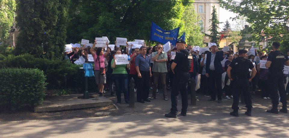 Protest cu sute de oameni in fata Consiliului Judetean Bihor