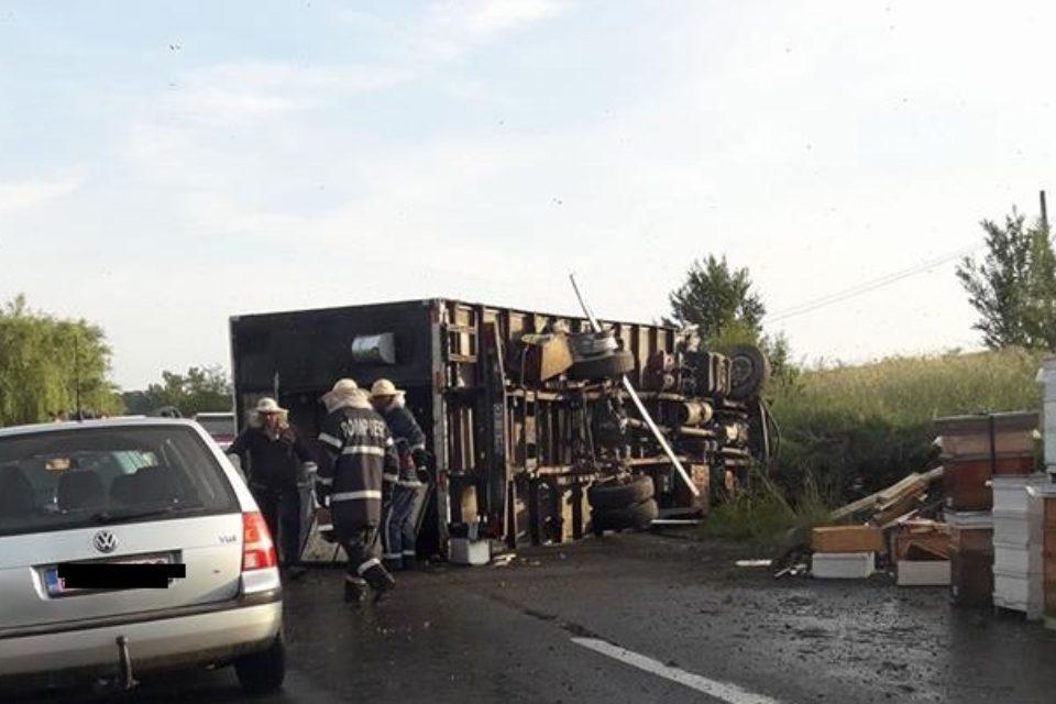 Un camion cu stupi de albine s-a rasturnat,miercuri dimineata, la intrarea in Baile Felix