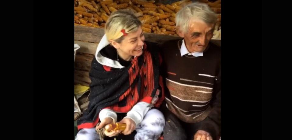 """Loredana Groza și-a vizitat rudele din satul bihorean Căbești, """"a sfărmat tenchi"""" si a făcut mâncare la ceaun. VIDEO"""