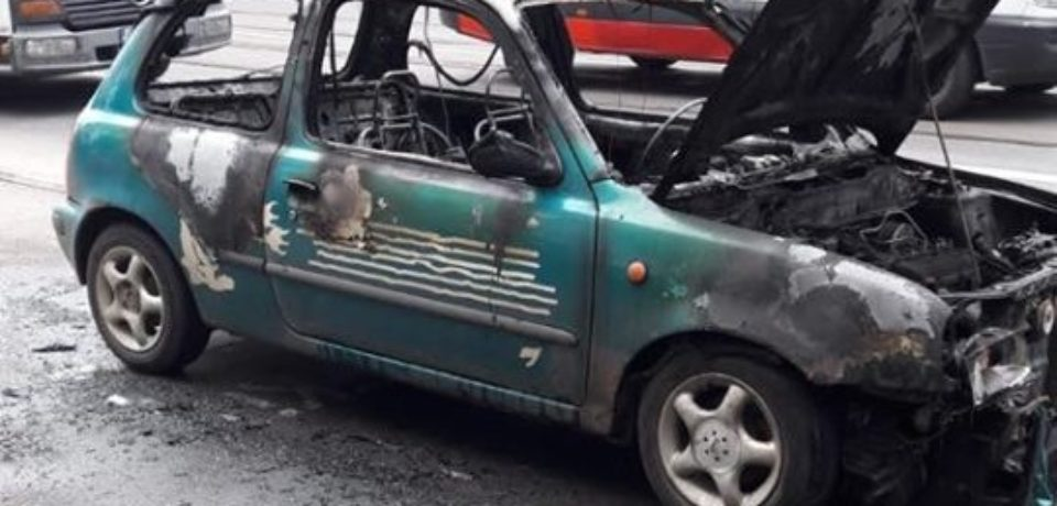 O masina a ars ca o torta pe strada Transilvaniei din Oradea. Video