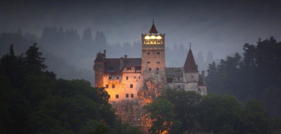 """Punte între realitate şi mit la spectacolul """"În Zorii Dictatorilor"""" de la Castelul Bran"""