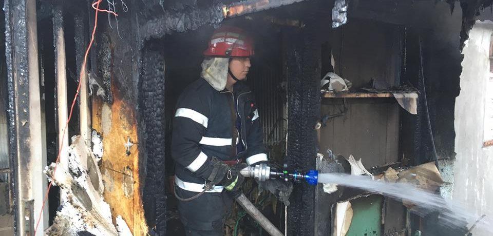 Un bărbat din Dobrești a ars de viu intr-un incendiu provocat de o tigara. Comunicat ISU