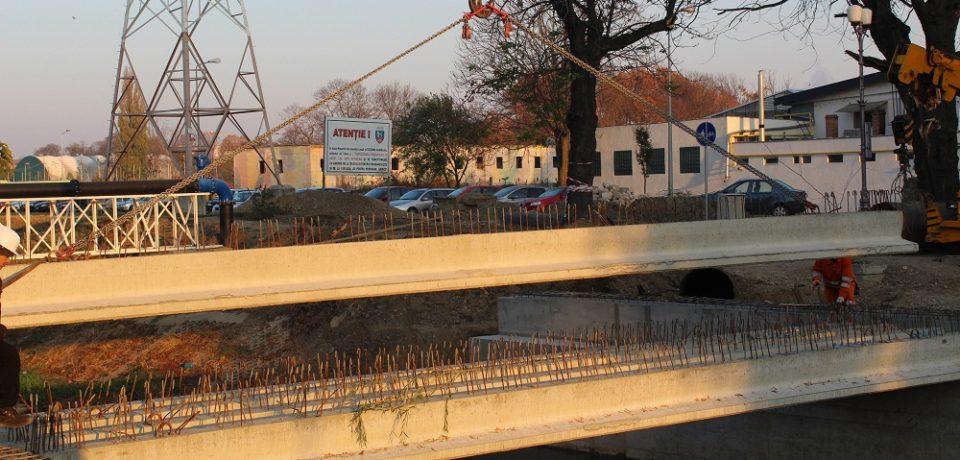 S-au montat grinzile de beton ale noului pod peste Peța, lângă Universitate