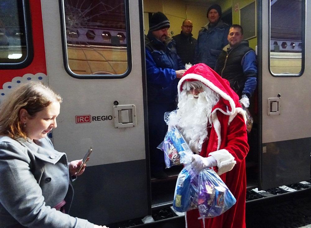 La invitația Primăriei, Moș Crăciun a sosit azi cu un trenul în Gara Oradea