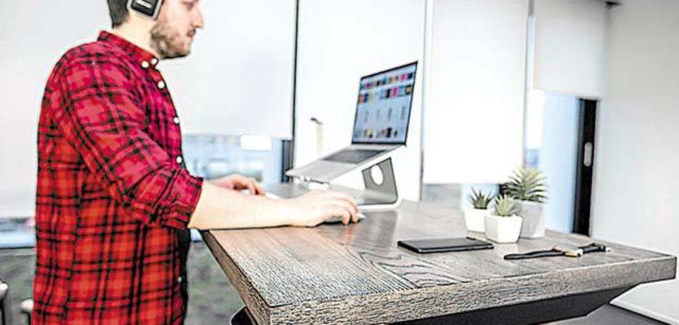 Doi IT-işti din Oradea au investit 20.000 de euro într-o afacere cu birouri reglabile pe înălţime