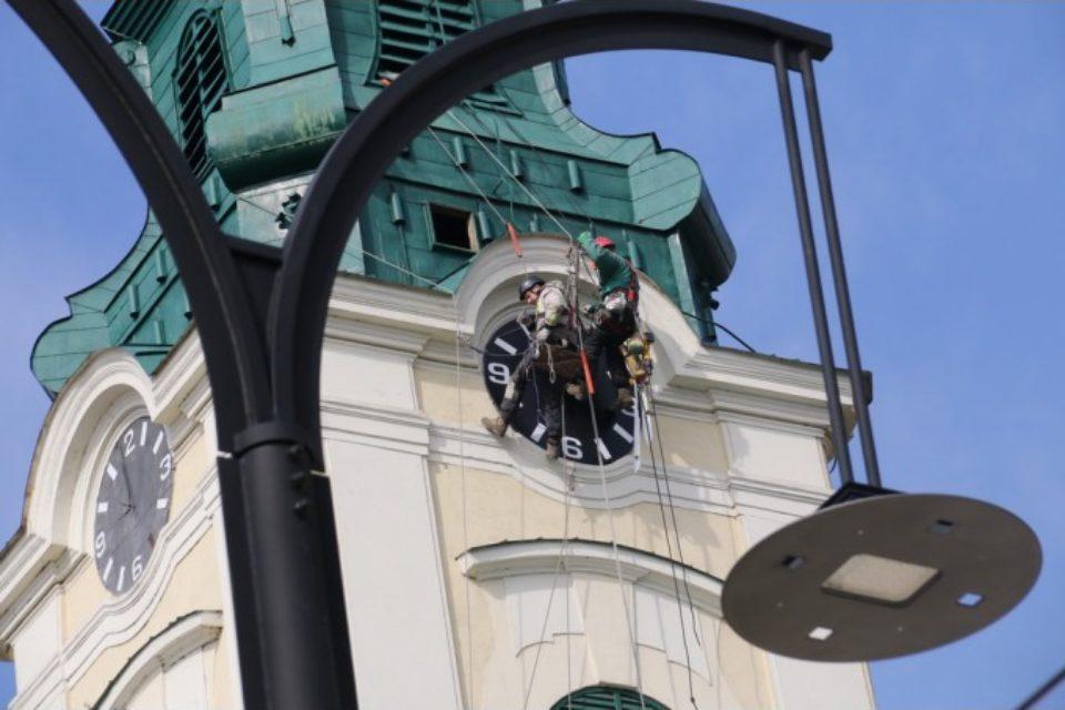"""Au fost """"vindecate"""" bătrânele ceasuri din turla Bisericii Sfântul Ladislau"""