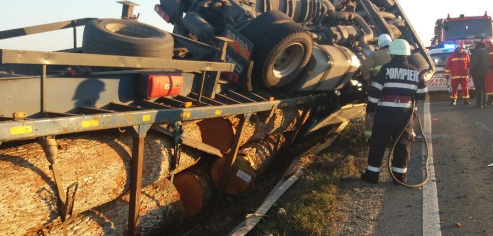 Accident in Ciumeghiu. Un camion cu buşteni s-a răsturnat pe DN 79