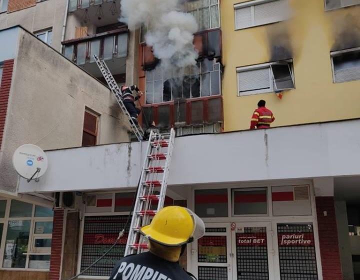 Incendiu intr-un bloc din Beius. Salvata de pe balcon, in ultimul moment, o femeie a ajuns la urgente