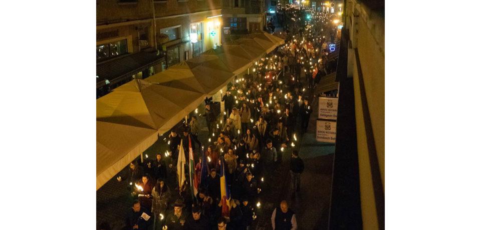 Cum au marcat maghiarii din Oradea ziua de 15 martie. Bulevardul Republicii  iluminat cu sute de torte
