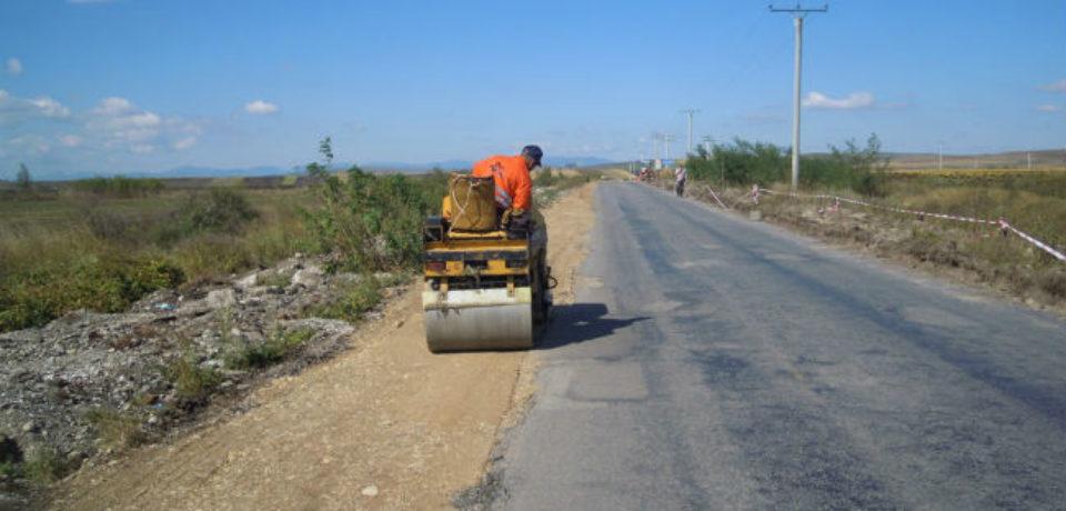 Pe 130 de kilometri de drumuri judetene din Bihor se va asterne covor asfaltic. Video