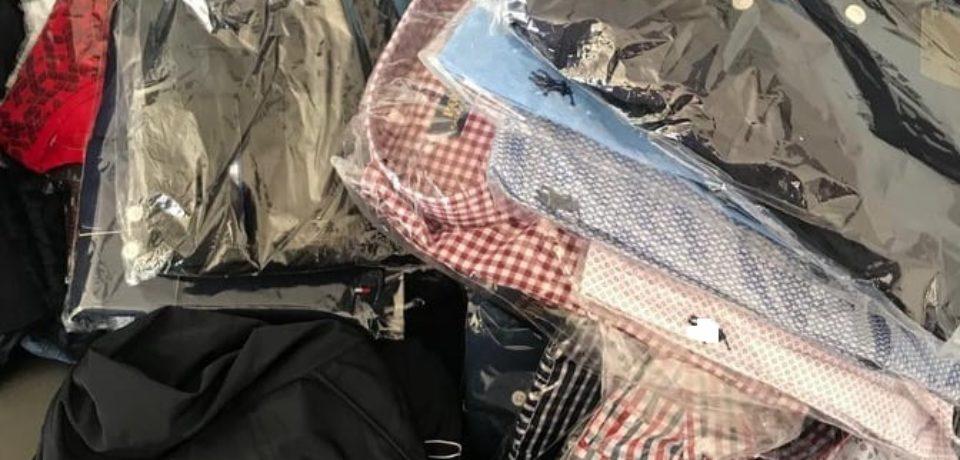 Îmbrăcăminte și parfumuri cu suspiciuni de contrafacere, confiscate de polițiștii bihoreni