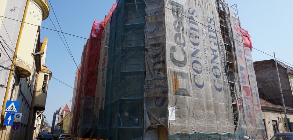 Continuă lucrările de reabilitare a fațadelor și schimbarea acoperișului la Casa dr. Nemes Áron