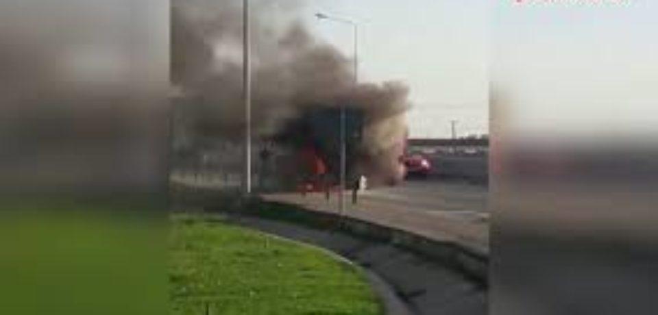 Un camion a luat foc în mers la ieșirea din Oradea spre Oșorhei