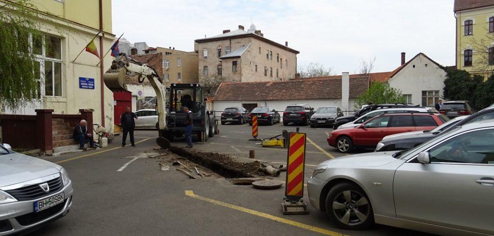 Parcarea din curtea interioară a Primăriei nu poate fi utilizată momentan la capacitate maximă