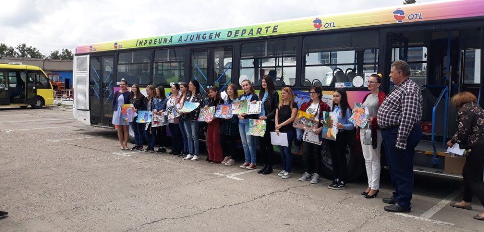 """Desenele premiate la concursul """"Pictaţi cu Noi"""", reproduse pe Autobuzul Copiilor"""