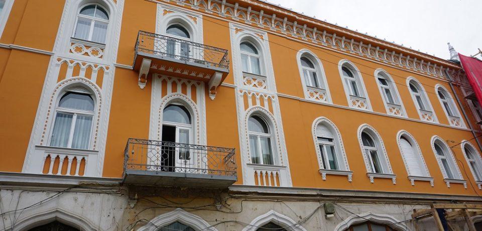 Una dintre cele mai frumoase clădiri din centrul Oradiei va fi reabilitată până la finalul lunii iulie