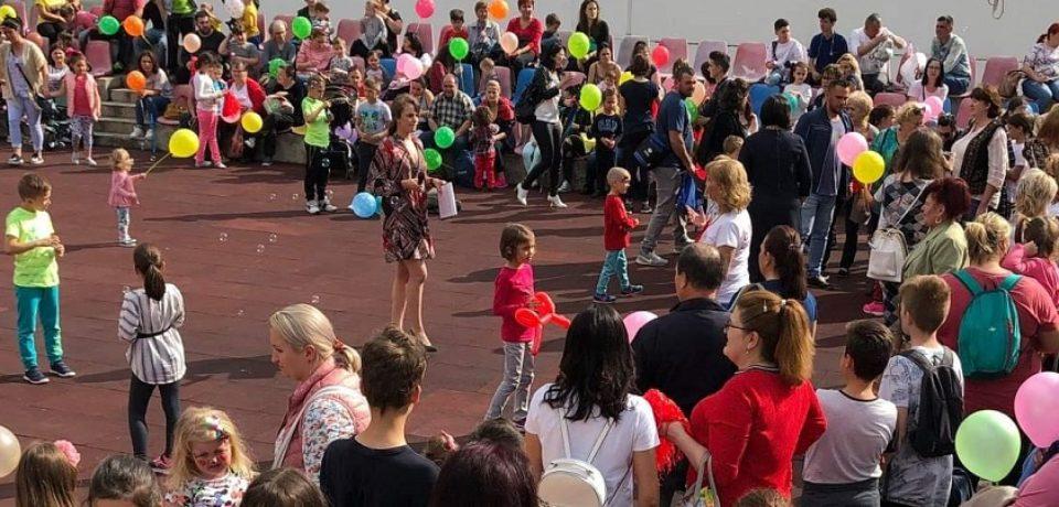 """250 de copii din Oradea, prezenti la evenimentul """"Sa coloram curcubeul copilariei!"""""""