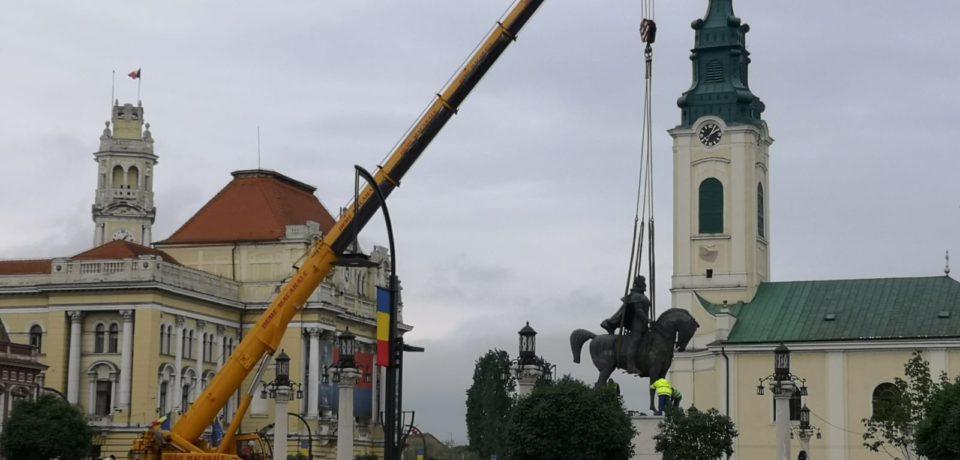 Statuia lui Mihai Viteazul din Piața Unirii,  demontata de pe soclu. Foto-Video
