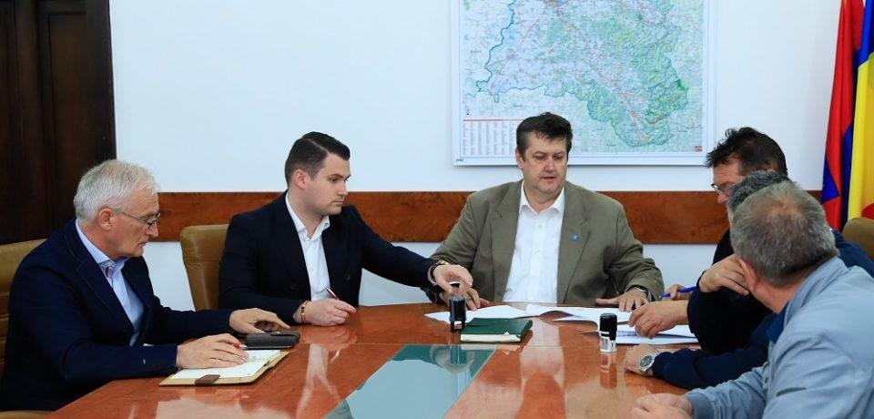 S-a semnat contractul pentru execuția bazinului didactic de înot din Ștei