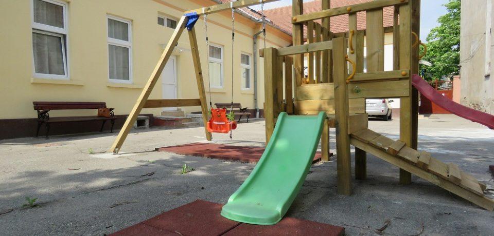 A început montarea echipamentelor de joacă pentru copiii din creșele orădene