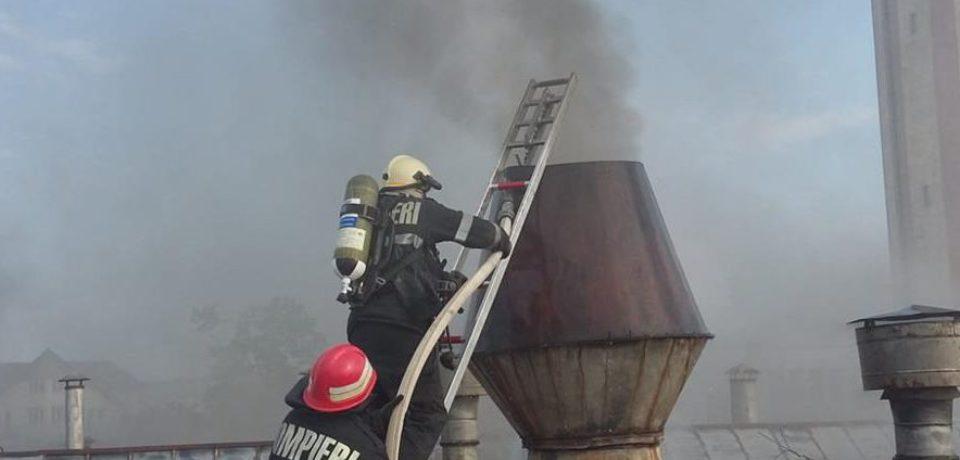 Incendiu violent la o fabrică de mobilă din municipiul Beiuș