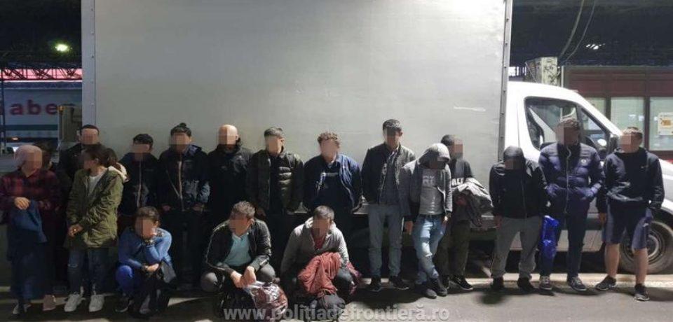 Şaptesprezece cetăţeni străini care încercau să iasă ilegal din România, găsiţi ascunşi într-o autoutilitară, la Borş