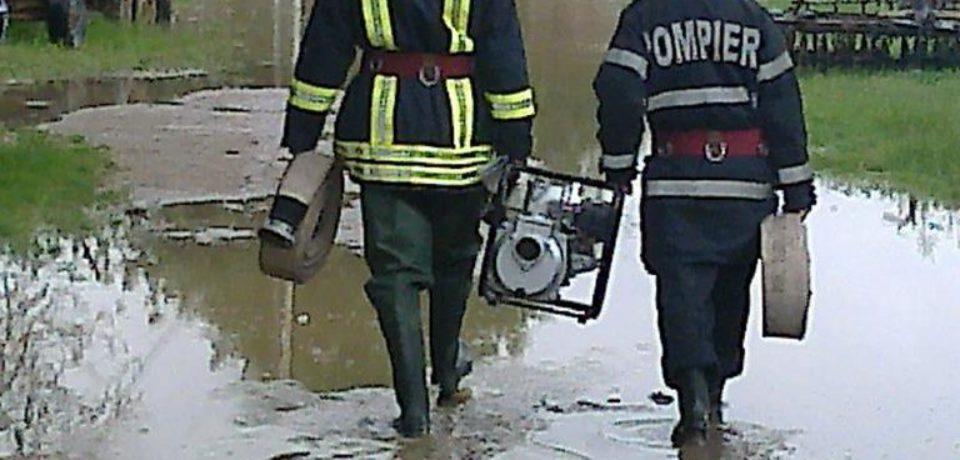 Două case au luat foc, mai multe gospodării au fost inundate în Bihor