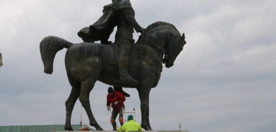 Statuia lui Mihai Viteazul din Piața Unirii va fi demontată, în locul ei urmând să fie amplasată statuia Regelui Ferdinand