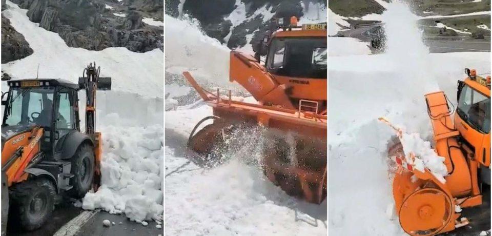 Zăpadă pe Transfăgărăşan de şase metri. Eforturi pentru deschiderea circulaţiei pe 1 iulie