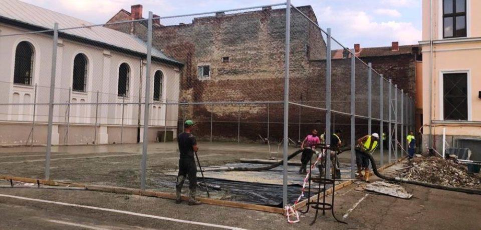Se reabilitează terenurile de baschet din curtea Colegiului Național Emanuil Gojdu