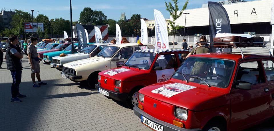 """Caravana automobilistică """"Go România!"""" cu autoturisme retro Dacia și Polski Fiat"""