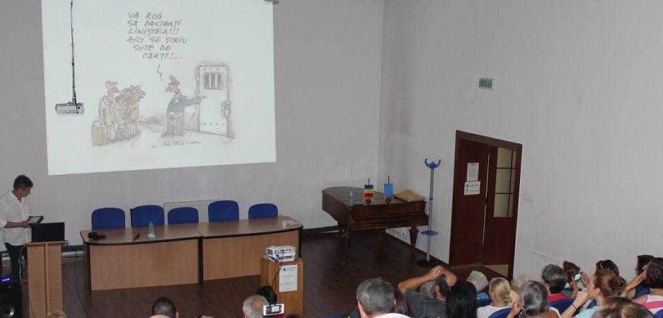 """Expozitie de caricaturi la Biblioteca Județeană. Costel Pătrășcan a adus la Oradea """"un suRâs în plină vară"""""""