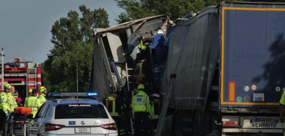 Accident între două TIR-uri din România pe RA13. Un șofer din Bihor e în stare gravă