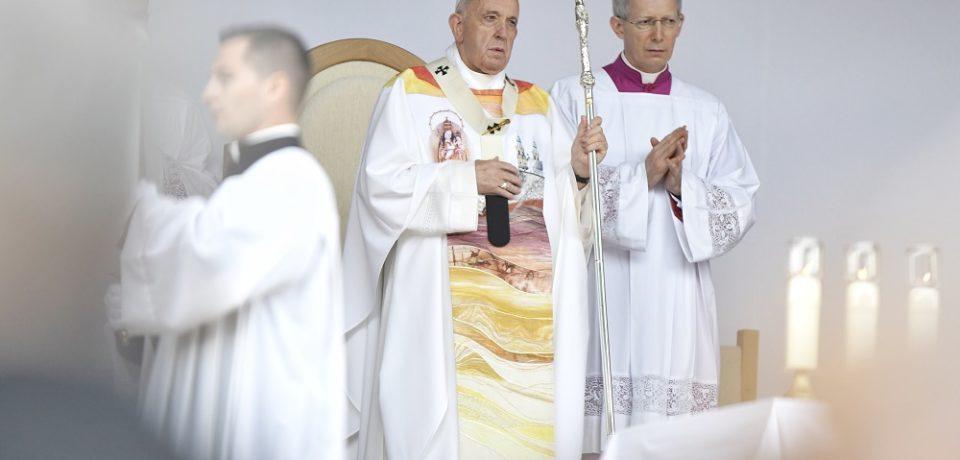 """Papa Francisc a aprobat oficial modificarea rugăciunii """"Tatăl Nostru"""" pentru slujbele catolice"""