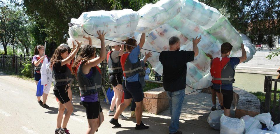 """""""Dusi cu pluta"""" de peturi. Tinerii ecologisti de la Schiller militeaza pentru ape mai curate"""